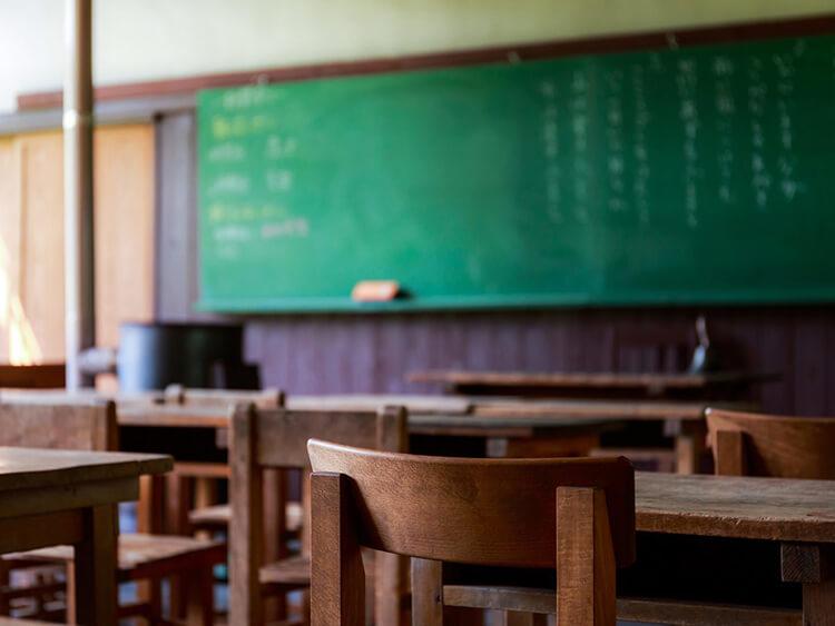 男の子のための生理教室。ナプキンを手に取り、考え、意見を交わす