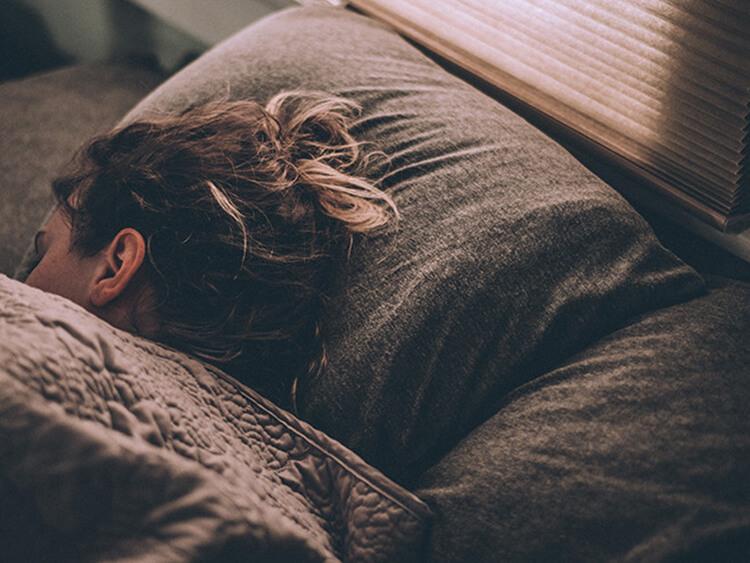 生理前や生理中に眠くなるのはなぜ?  眠気の原因と対処法(医師監修)