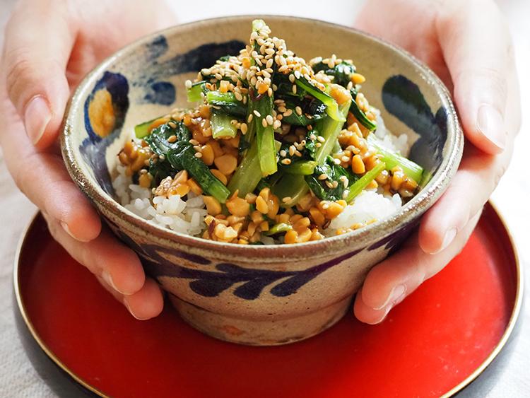 「クミン香る小松菜と納豆炒め」——生理の日に食べたい。楽うま「ゆるっとごはん」第8回