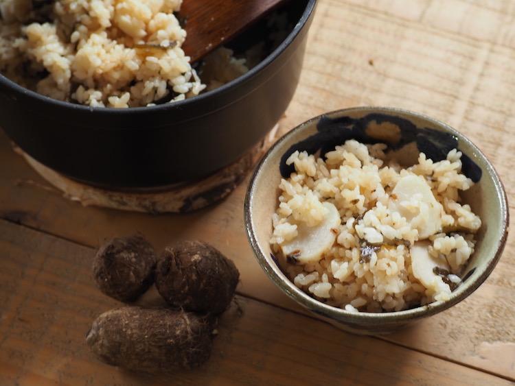むくみも解消!秋冬の味覚、里芋のホクホク炊き込みご飯——生理の日に食べたい。楽うま「ゆるっとごはん」第15回