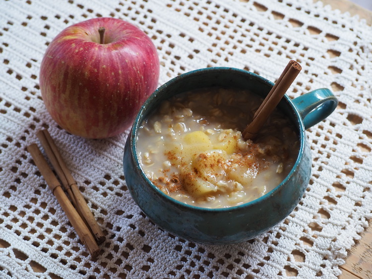 【簡単レシピ】寒い日の朝にぴったり! 甘酒りんごのホットオートミール