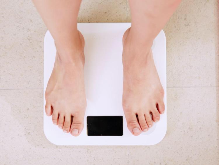 生理前に体重が増えるのはなぜ?原因やダイエットに適したタイミング (医師監修)