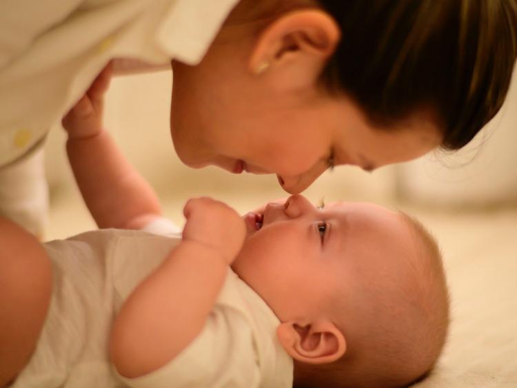 フランス、レズビアンや独身女性も体外受精可能となる法案が可決。国外に行かずに治療を受けられる